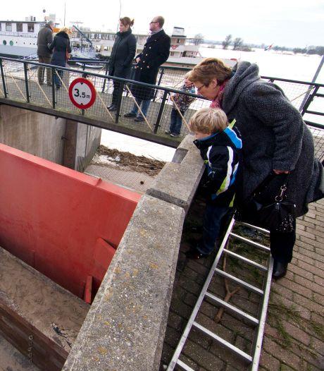 Megadeur om water uit de Rijn te stoppen blijft open: kade wel dicht voor verkeer
