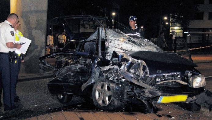 Het ongeluk gebeurde op de Hillelaan in Rotterdam-Zuid, waar een auto met vier inzittenden gisternacht een betonnen zuil ramde.