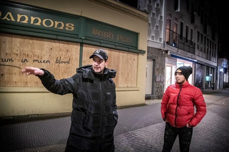 Jeugdwerkers Johnny Driessen (links) en Elias Arssi op hun preventieve ronde door Venlo. Beeld Koen Verheijden
