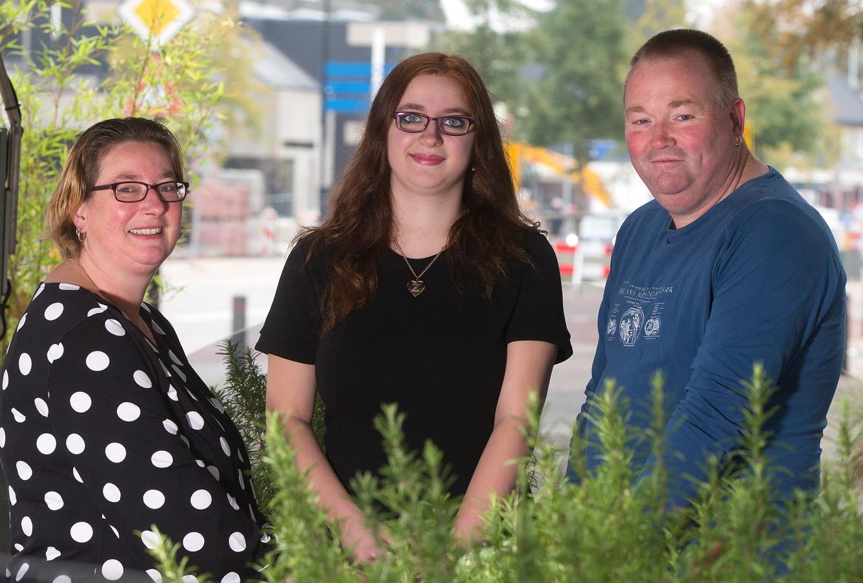 Tessa (midden) met moeder Dorien en stiefvader Arjon.