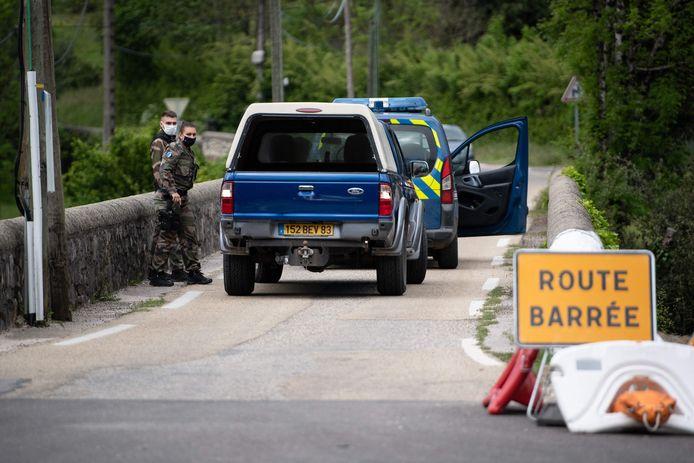Speciale eenheden van de Franse gendarmerie controleren het binnenkomend verkeer in Les Plantiers.