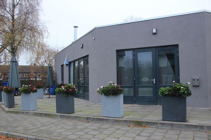 De cafetaria en daarachter Partycentrum Bloemenwijk.