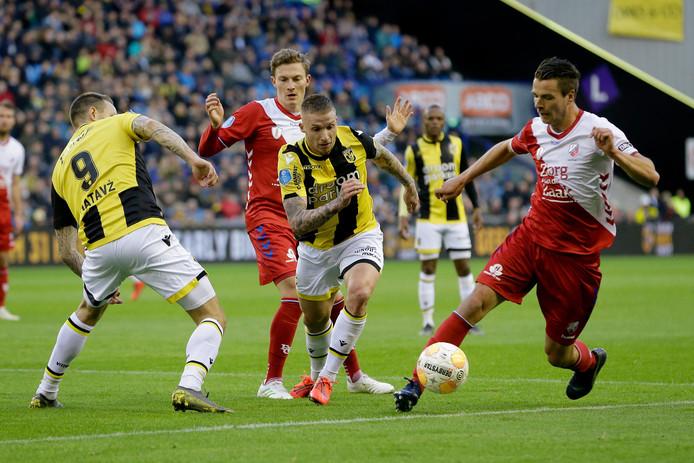 Alexander Büttner in duel met Lukas Görtler van FC Utrecht.