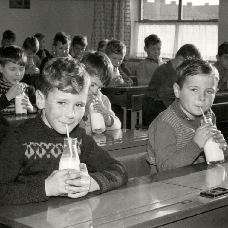 Kinderen aan de schoolmelk (1954), net zo herkenbaar als bokspringen en elastieken. Foto Nationaal archief/collectie spaarnestad Beeld Nationaal Archief/Collectie Spaarnestad
