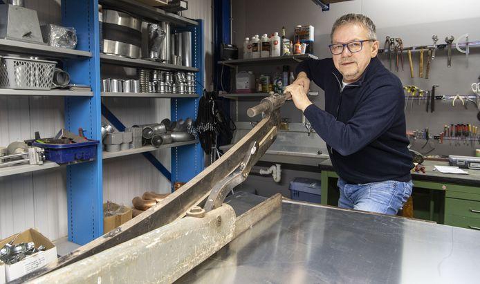 Installateur Leo Hoesstee heeft zijn klantenbestand overgedragen en gaat zich aan zijn hobby wijden: oude radio's.