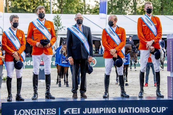 Het winnende team van de landenwedstrijd tijdens het CHIO in Rotterdam. Met tweede van rechts Willem Greve uit Markelo.