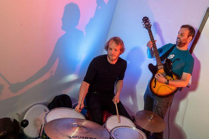 Bob Hogenelst (drummer) en gitarist Pieter Holkenborg in een oefenruimte in popcentrum Jacobiberg in Arnhem. Foto Gerard Burgers.