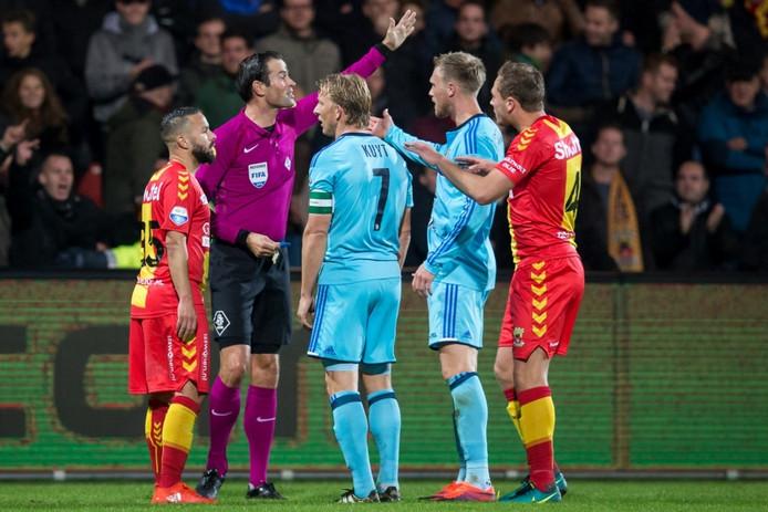 Scheidsrechter Bas Nijhuis keurt het doelpunt van Feyenoord af. Foto: ProShots