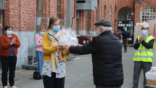 95 procent van senioren gevaccineerd: 65-plussers bedanken vaccinatiecentrum en ziekenhuis met zelfgebakken wafels