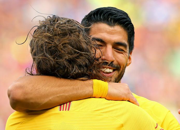 Luis Suárez en Antoine Griezmann vieren de openingstreffer van de Uruguayaan in het duel met Napoli.