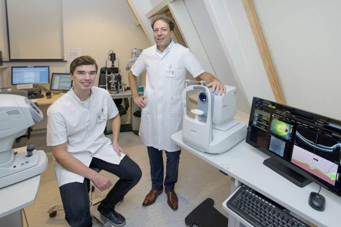 Oogarts Guus van Hogerwou en optometrist Daniël Langelaan zijn blij met de komst van een OCT-scan in de polikliniek Epe