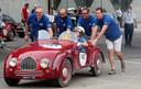 Uit 1949 komt deze Fiat 500 Sport. In Bologna wordt hij een handje geholpen om weer op gang te komen.