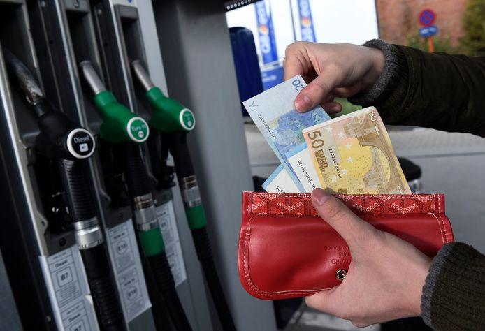 Benzine en diesel tanken wordt nog maar eens duurder.