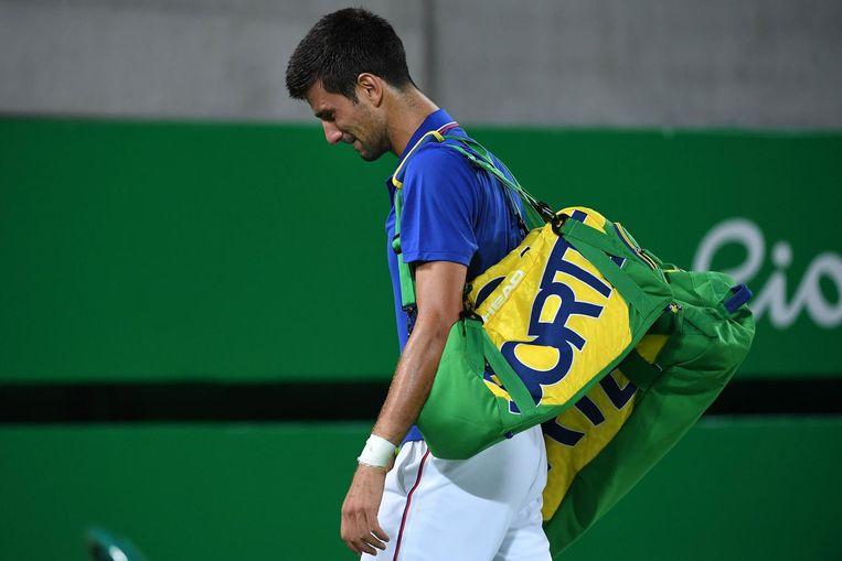 Novak Djokovic verlaat teleurgesteld de tennisbaan. Beeld photo_news