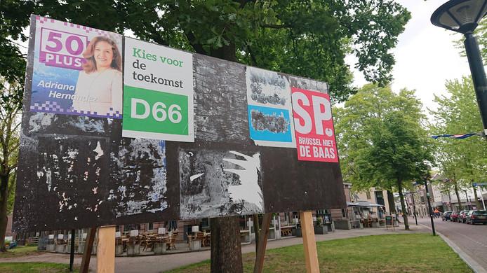 Het verkiezingsbord voor de Groene Engel. Met de nieuwe poster (tweede van links) en de restanten van de oude poster (rechts daarnaast) die maar niet los willen laten.
