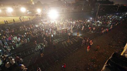 """Trein rijdt met hoge snelheid in op groep feestvierders in India: """"Zeker 60 doden"""""""