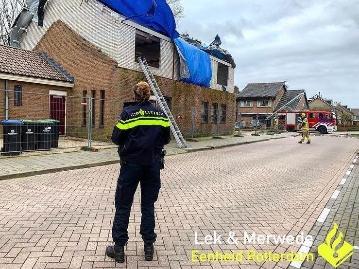 In Bleskensgraaf was een steiger omgewaaid.