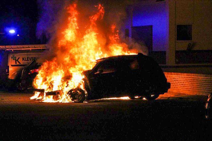 Één van de twee auto's die vannacht uitbrandde in Apeldoorn.