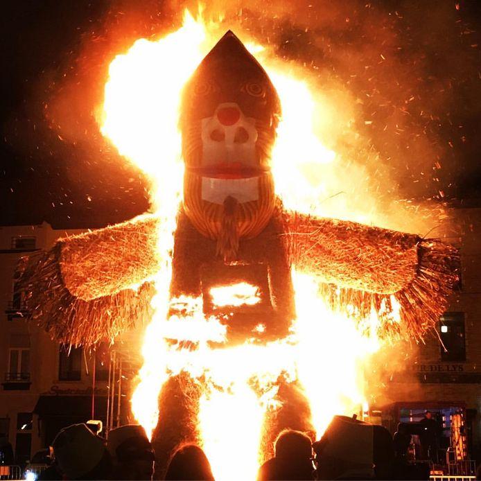Le brûlage du corbeau est devenue une tradition au carnaval de Charleroi