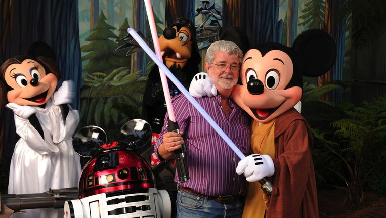 George Lucas flirtte al in 2010 met deze Disney-figuren in Disney's Hollywood Studios theme park in het Amerikaanse Lake Buena Vista. Beeld getty