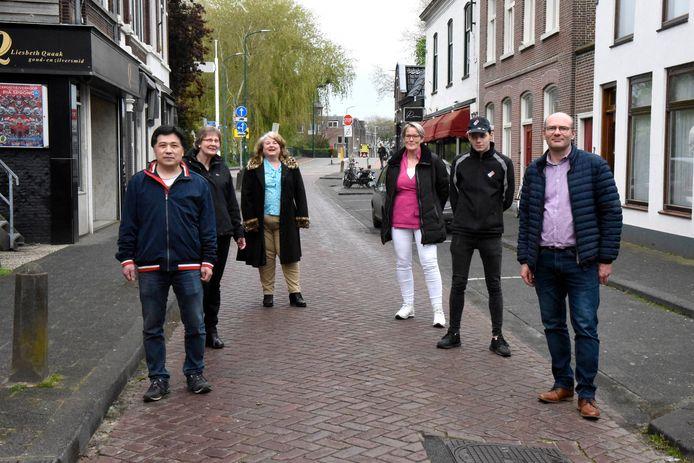Ondernemers in de Leidsestraatweg zijn schrokken vorige week van het nieuwe parkeerbeleid waarbij in hun straat alleen een dagkaart van 20 euro gekocht kon worden. Ze zijn dan ook blij dat de gemeente dit heeft teruggedraaid.