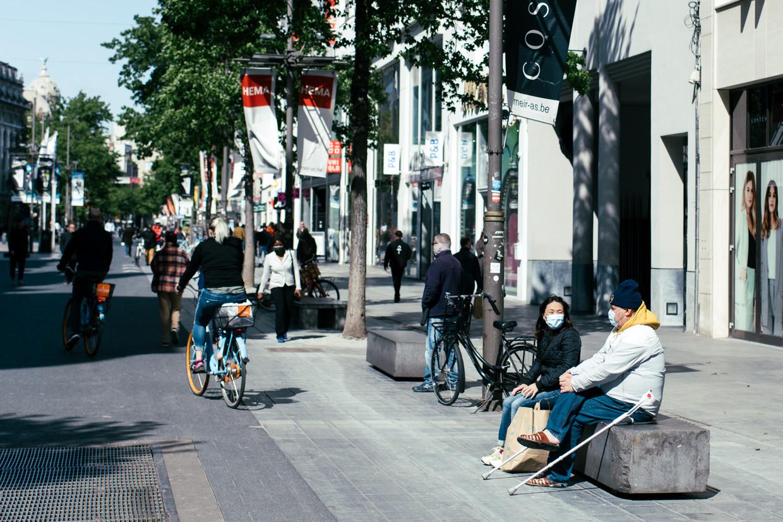 Passanten op de Antwerpse Meir met mondmaskers aan.Een zeldzaamheid: slechts 14 procent van de Vlamingen zegt er eentje te dragen op publieke plaatsen buiten de supermarkt. Beeld Tine Schoemaker