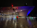 Daniël de Ruiter met zijn dronecamera voor station Rotterdam Centraal.