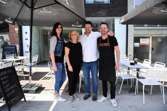 Drijvende kracht achter de handelsvereniging Hoover-Ladeuze en het Delirium Comedy Festival is de bekende cafébaas David Nijs (tweede van rechts), hier met Karen Vanderstappen en Bieke Van Dieren.