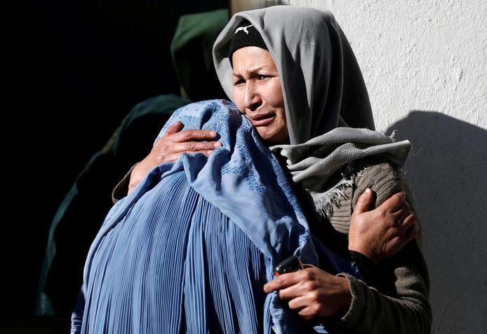 Archiefbeeld: twee vrouwen rouwen aan het hospitaal na een aanslag in Kaboel