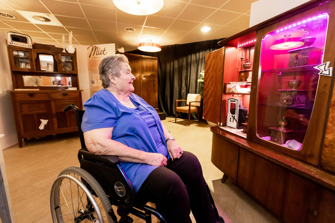 Bets Kemmeren - Van Boxel luistert naar het verhaal over de koffiemolens van 'Miet' bij een van de klankkasten.