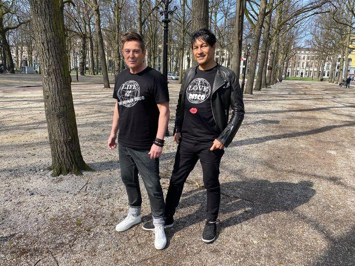 Joop Gard Passchier (l.) en Roberto Dresia showen de T-shirts op het Voorhout.