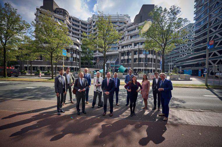 Burgemeesters van middelgrote gemeentes demonstreren voor het gebouw van de Tweede Kamer. Beeld Phil Nijhuis