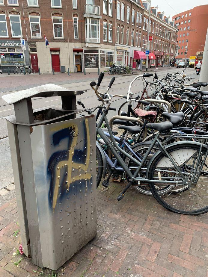 Vorige week werd deze vuilnisbak beklad. Ook vernielingen van straatmeubilair komen voor.
