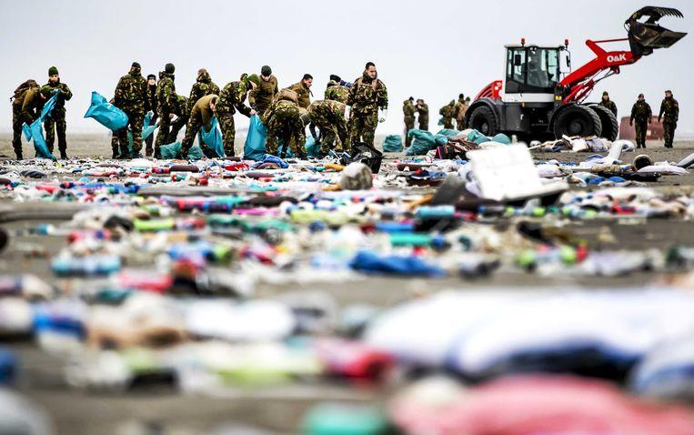 Duitse soldaten op Schiermonnikoog. Vanuit de lucht is te zien dat er de komende dagen nog veel afval op het eiland gaat aanspoelen. Beeld EPA