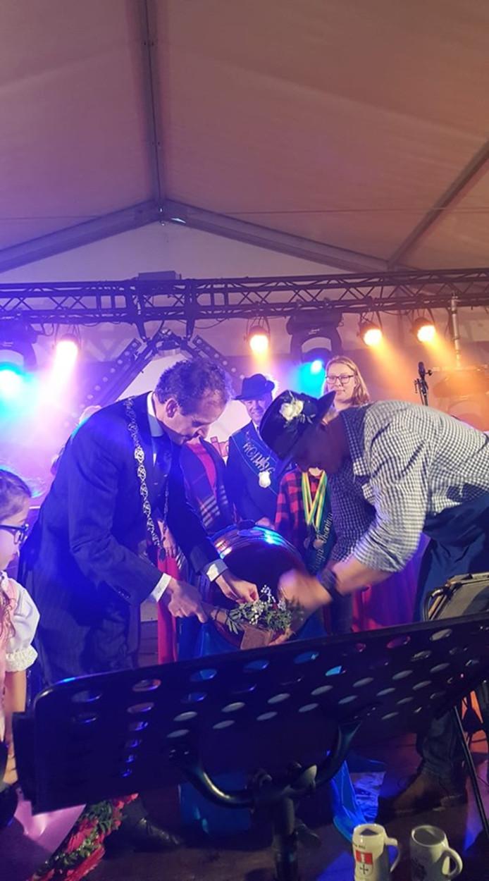 Burgemeester Slinkman slaat eerste fust bier aan tijdens de Groesbeekse bierfeesten