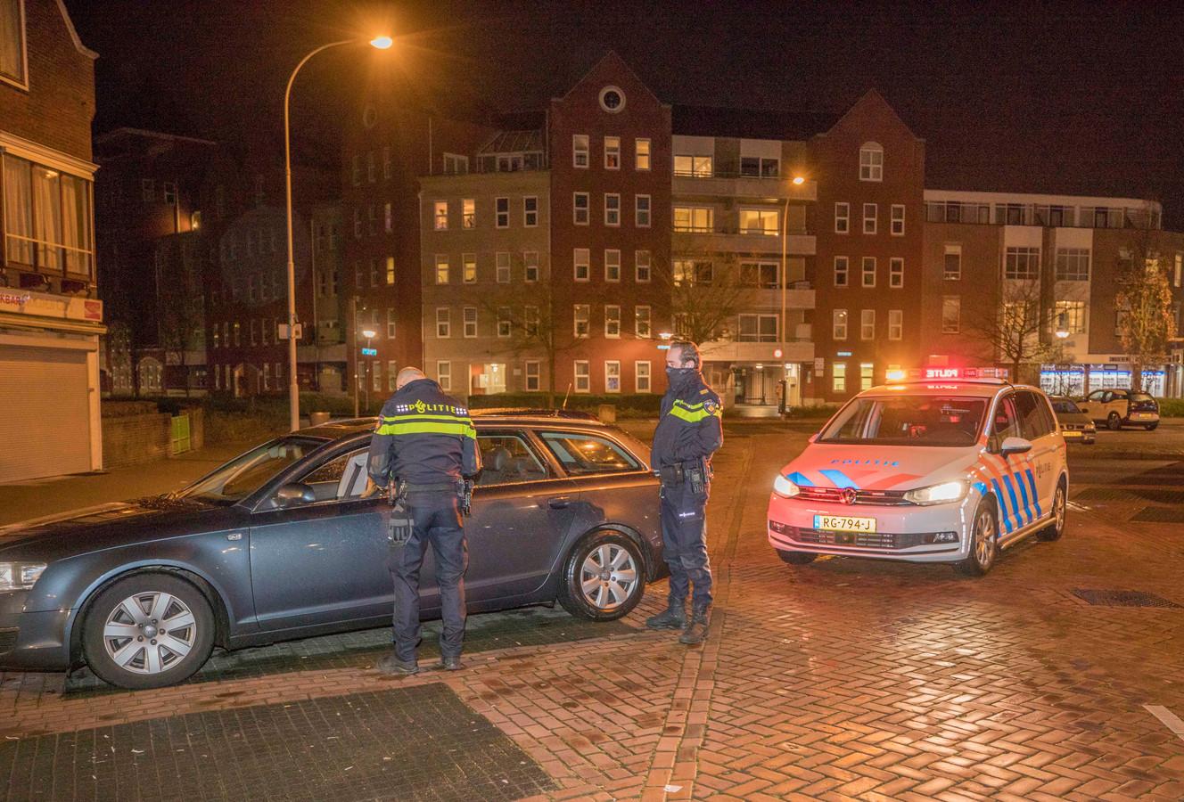 Politiecontrole in Goes. Deze bestuurder kon wel aantonen dat hij de avondklok mocht negeren en kreeg dus geen bekeuring.