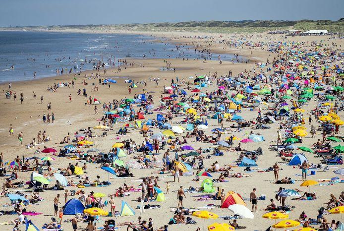 Badgasten op het strand van Scheveningen, begin augustus vorig jaar.