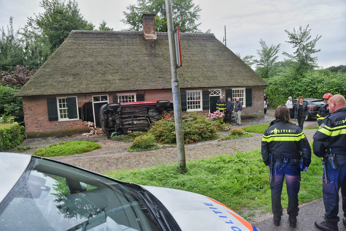 Auto rijdt huis binnen in Udenhout