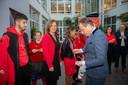 Bart De Wever beloont de scholieren met een medaille