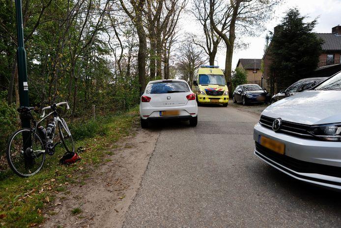 Een wielrenner raakte gewond geraakt toen hij op de Kloosterlaan in St. Agatha tegen een stilstaande auto botste.