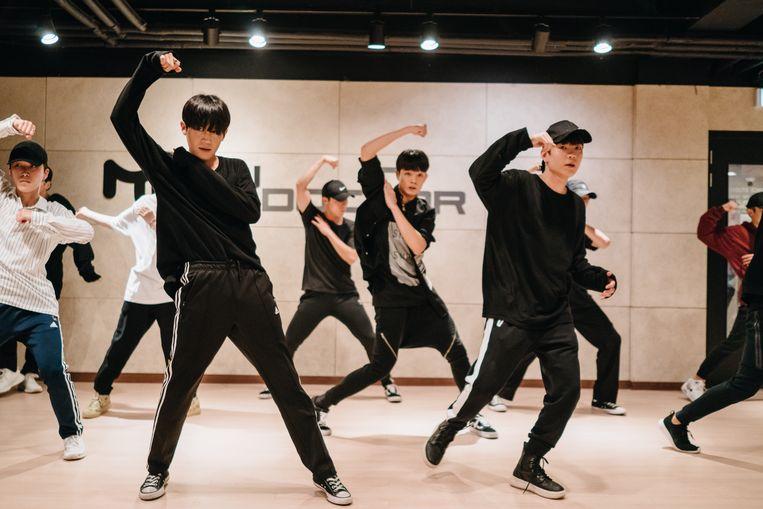 Op de K-Pop academy in Gangnam (Seoul) oefenen jonge Zuid-Koreanen hun K-Pop moves.  Beeld Jun Michael Park
