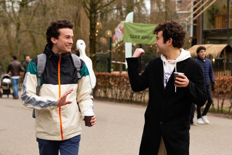 Laurent Authier (links) en Arthur Wiggers wandelen in het Vondelpark. Beeld Susanne Stange
