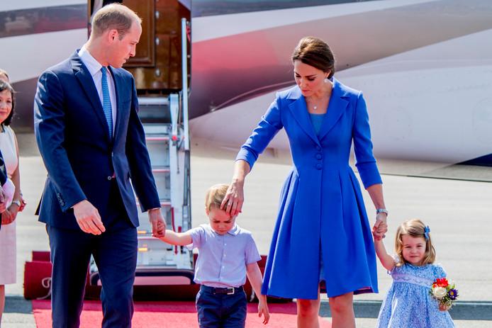 Prins William, Catherine, prinses Charlotte en prins George .