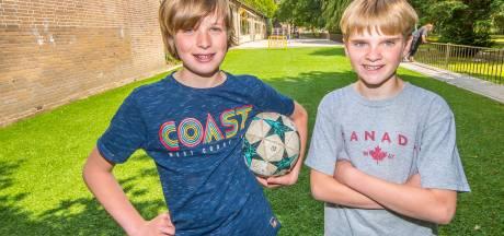 'Ondernemers' Nils en Joris regelden kunstgrasveld voor hun school in Enschede