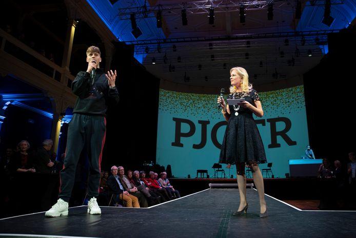 Nieuwjaarsreceptie van de gemeente Zutphen in de Hanzehof. Rapper Pjotr samen met burgemeester Annemieke Vermeulen op het podium.