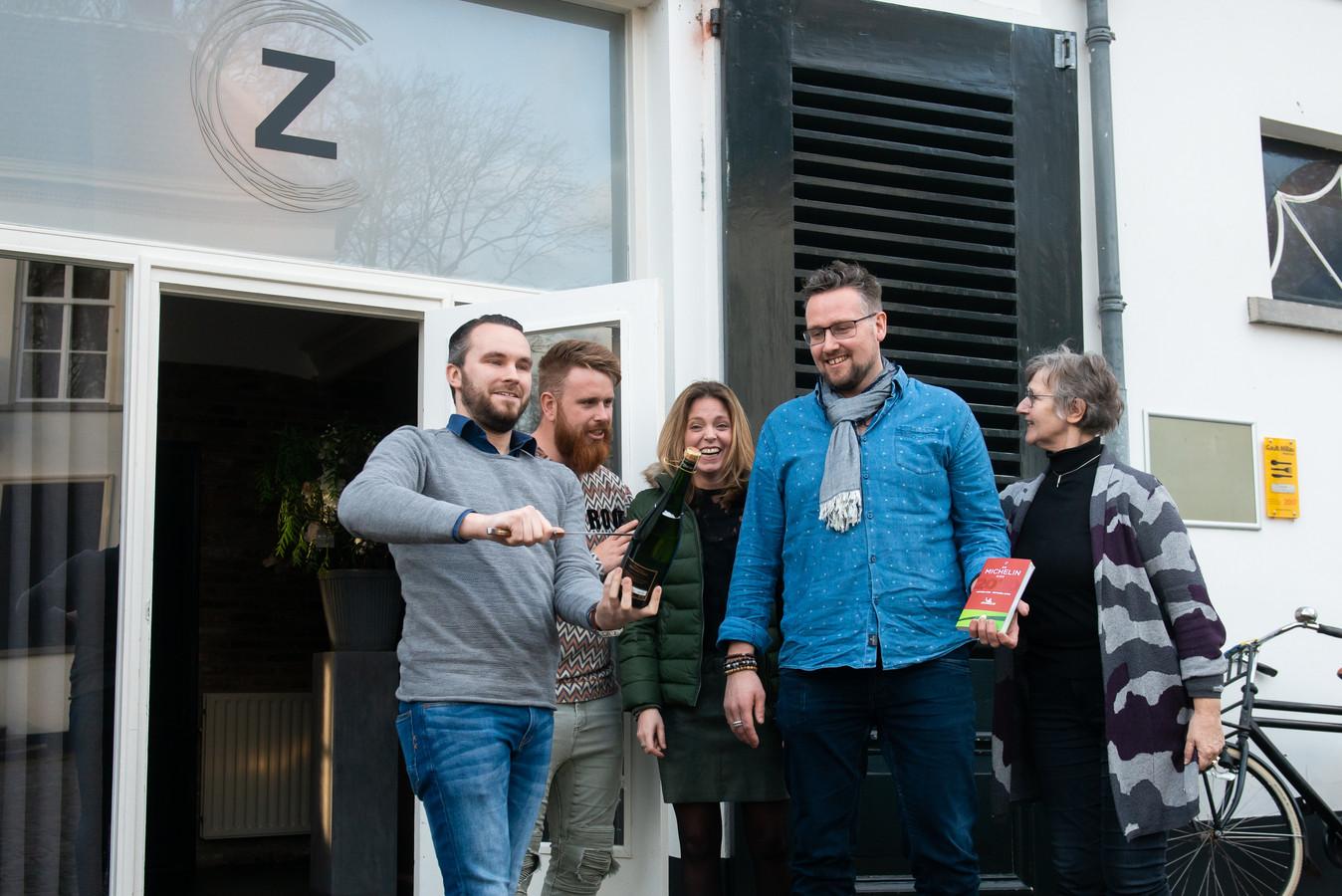 Bram en Patricia Helleman (midden) arriveerde maandagmiddag bij zijn restaurant Zout & Citroen met de Michelingids in zijn hand. De ster is een feit.