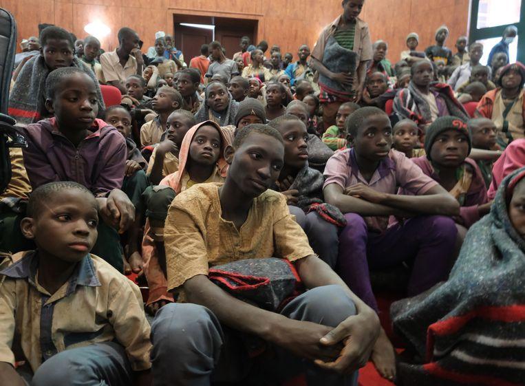 De jongens werden na hun aankomst in Katsina opgevangen in een overheidsgebouw. Beeld EPA