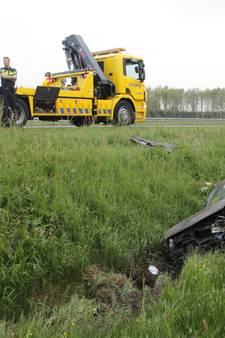 Auto belandt in sloot na ongeluk op A28 bij Staphorst