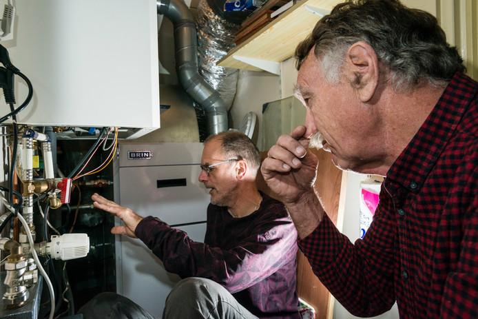 Wijkbewoner Jan Nijland toont buurman Bart van der Meulen eind 2018 dat de stank ook in de cv-ruimte hangt.