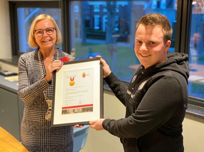 Burgemeester Marijke van Beek van Wijchen en Stijn van Hemert.